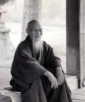 OSensei sentado sonriente