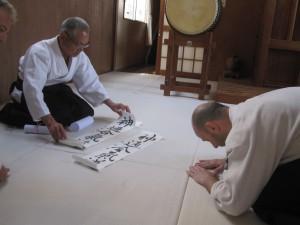 Recibiendo trabajos de Shodo de Motomichi Anno Sensei, quien ha estado practicando Shodo durante décadas. Anno Sensei  (8ºDan desde 1978) estudió con O-Sensei en los últimos años (1954-1969) y fue sucesor de Michio Hikitsuchi Sensei (10ºDan) como instructor jefe en Kumano Juku Dojo, Shingu, Japón.