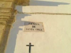 Placa expuesta en la fachada de la Ermita de la Santa Cruz. Fotografiada el 10/12/2013
