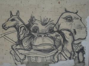 Una serie de graffítis representados sobre una fachada de un edificio, próxima su localización a otras series similares de mismo posible autor.