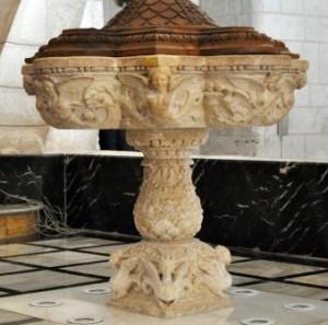 Pila bautismal de la iglesia de Santiago Apóstol, de Jacobo Florentino. Villena