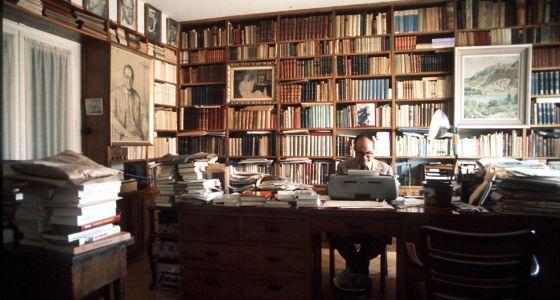 Julián Marías, en su casa de Madrid en 1977. / Fotografo: César Lucas. Publicado por el diario El País.(17/6/2014). Julián Marías, el pensador que quiso ser pirata