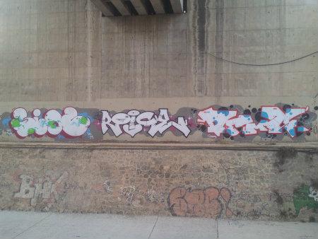 """Tres Graffitis muy diferentes parecen ser de distintos artistas que coincidieron en eligir esta ubicación para dejar su Aka, probablemente poniéndose de acuerdo para no """"pisar"""" el trabajo […]"""