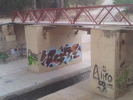 Esta composición de graffitis bajo el puente del Ferrocarril no parecen tener relación entre sí. Forman un conjunto de obras uniendo diferentes estilos desde Tags, Wild Style y […]