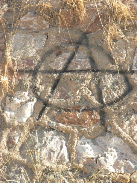 Este graffiti, representa un símbolo anarquista, la anarquía es una sociedad que plantea una sociedad políticamente organizada sin Estado, los anarquistas consideran que el Estado es innecesario y porque además […]