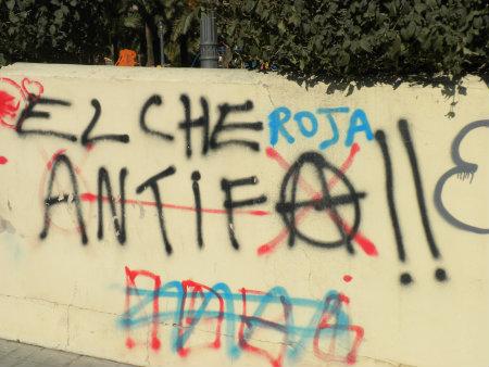 Graffiti muy recurrido a lo largo de calles y parques de toda Elche y en el que su autor reivindica una ciudad sin fascistas. Además infiere en su orientación […]