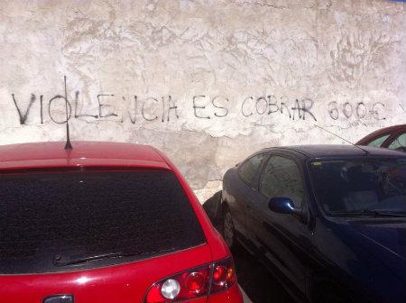 """La siguiente imagen está relacionada con la bajada del salario mínimo en España por parte del gobierno, que en 2012, decidió congelarlo en 641€. La utilización de la palabra """"violencia"""" […]"""