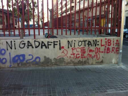 Este graffiti en dos colores, firmado por el Partido Comunista de España, reivindica la libertad del pueblo libio en el contexto de la guerra civil que asoló el país […]