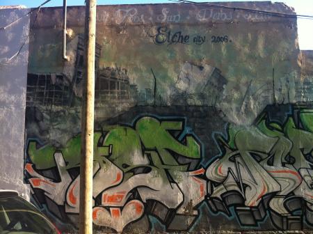 Esta sección de un gran mural muestra una ciudad en ruinas, presumiblemente Elche un año después de realizarse el graffiti. Antepuesto al fondo debastado de la ciudad se encuentra un […]