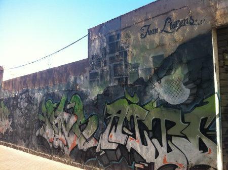 Graffitis textuales como parte de un gran mural. Carrer Andreu Perpinyà. 15/12/2013