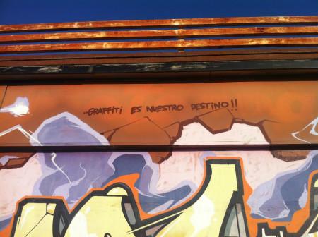 Graffiti aforístico como parte de un gran mural iconográfico. Avenida de Santa Pola. 15/12/2013