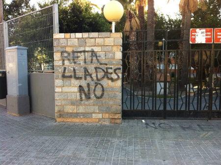 """Este escueto pero directo graffiti que en castellano significa """"recortes no"""", fue plasmado en el acceso de un colegio. Su significado no se entendería sin la grave crisis económica […]"""