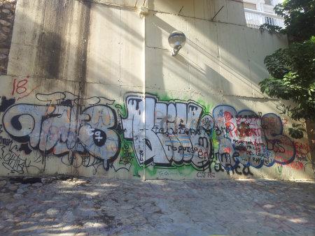 Una superposición de graffitis unos sobre otros creando un ambiente caótico sobre la pared de la base del Puente de Canalejas denota una falta de respeto hacía el primer graffitero […]