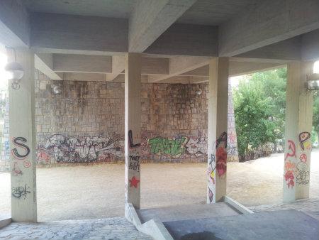 El graffiti presentado se trata de la firma de un graffitero ilicitano. La peculiaridad de la obra es el lugar elegido, utilizando cada columna que sostiene el ferrocarril para cada […]