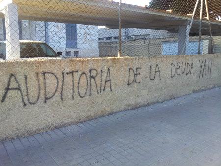 El graffiti presentado es de carácter imperativo, el autor exige que la deuda, es decir, la crisis actual en la que el país está sumergido, sea revisada para que así, […]
