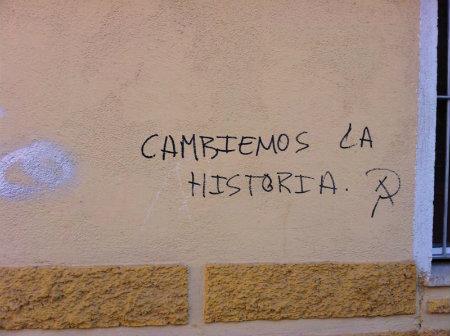 El graffiti tiene un claro mensaje de carácter comunista, gracias al signo de la oz y el martillo que aparece contiguo al texto. El hecho de utilice la expresión 'cambiar […]
