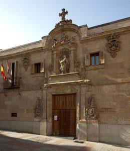 Centro Documental de la Memoria Histórica, lugar donde se encuentran la mayoría de fondos requisados a la masonería española (Fuente: https://commons.wikimedia.org/wiki/Category:Archivo_General_de_la_Guerra_Civil_Espa%C3%B1ola#/media/File:Salamanca-PM_16927.jpg)