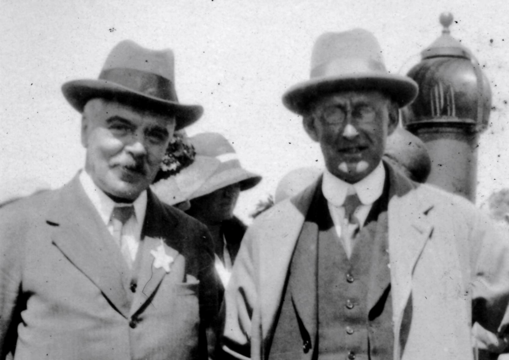 Frank Dyson (izquierda) y Arthur Eddington (derecha). Credit: AIP Emilio SegrË Visual Archives, W. F. Meggers Collection