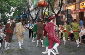 Actores actuales danzando en la procesión del Corpus