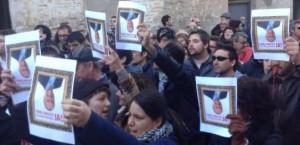 xativins demanant la dimissió de Fabra utilitzant el símbol del quadre.