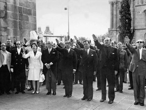 Juan Antonio Samaranch, aleshores president de la Diputació, i Rodolfo Martín Villa, aleshores governador civil, durant la celebració del 18 de juliol de 1974 a Barcelona (Foto: Sàpiens)
