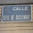"""En la siguiente foto tomada el pasado 24 de noviembre, podemos observar una placa indicando el nombre de una calle, concretamente la calle """"Seis de diciembre"""". Esta calle debe […]"""