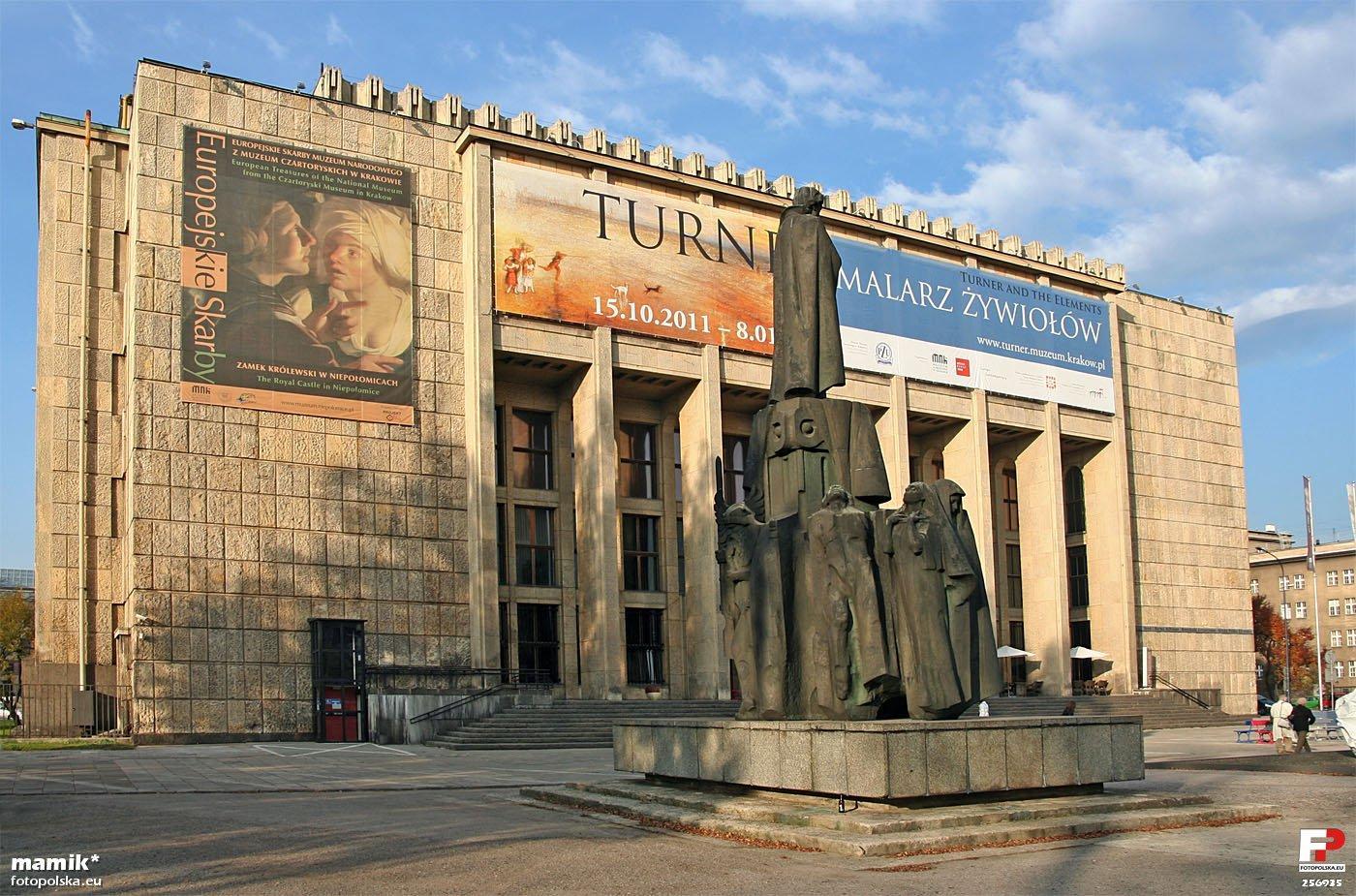 https://es.wikipedia.org/wiki/Museo_Nacional_de_Cracovia#/media/File:Krak%C3%B3w,_Gmach_G%C5%82%C3%B3wny_Muzeum_Narodowego_-_fotopolska.eu_(256935).jpg