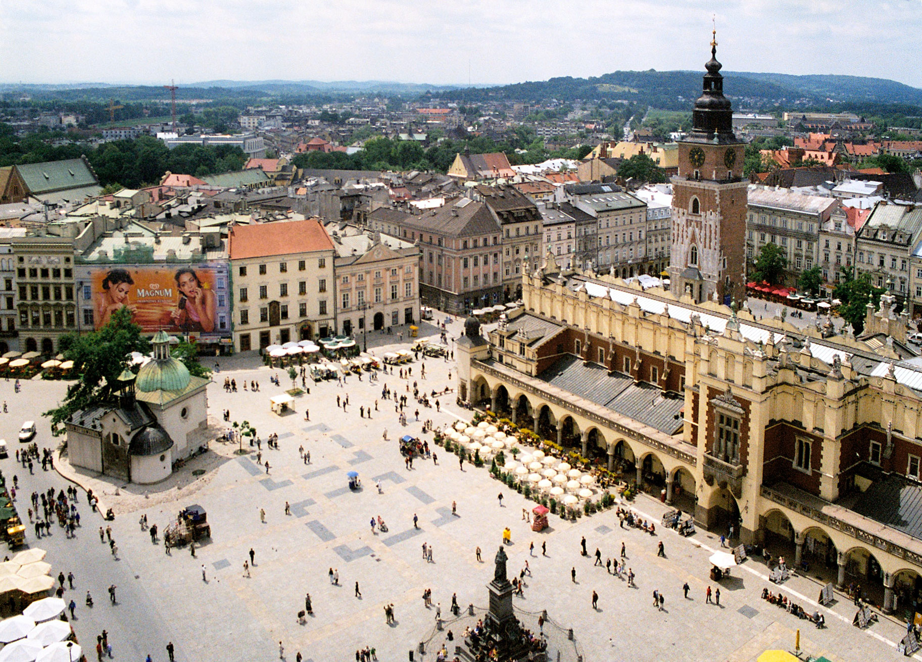 https://es.wikipedia.org/wiki/Plaza_del_Mercado_de_Cracovia#/media/File:Krakow_rynek_01.jpg