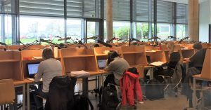 estudiantes en una bibliteca